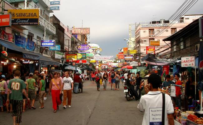 Khao San Road v Bangkoku (By Tnlavie at fr.wikipedia [CC BY-SA 2.5 (https://creativecommons.org/licenses/by-sa/2.5)], from Wikimedia Commons)