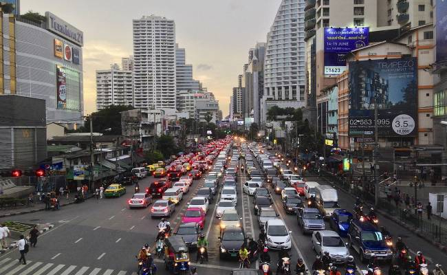 Sukhumvit road, ulice dlouhá 400 kilometrů (By Clay Gilliland from Chandler, U.S.A. (Along Sukhumvit Road Bangkok) [CC BY-SA 2.0 (https://creativecommons.org/licenses/by-sa/2.0)], via Wikimedia Commons)